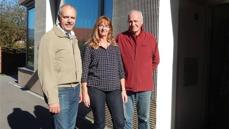 Bürgergemeindepräsident Urs Schläfli (l.), Spitex-Geschäftsführerin Jacqueline Santangeli und Spitex-Präsident Enrico Ravasio freuen sich über die Vereinbarung. crs