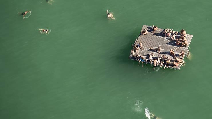 Auch am Montag lud der See zum Bade: Schwimmende auf einem Floss im Zürichsee.