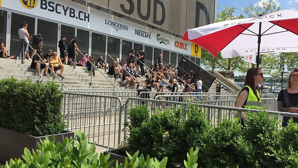 Bereits am Mittag versammelten sich vor dem Stade de Suisse die ersten Fans der Rockgruppe Rammstein. Für das Konzert am Abend werden über 40'000 Besucher erwartet.