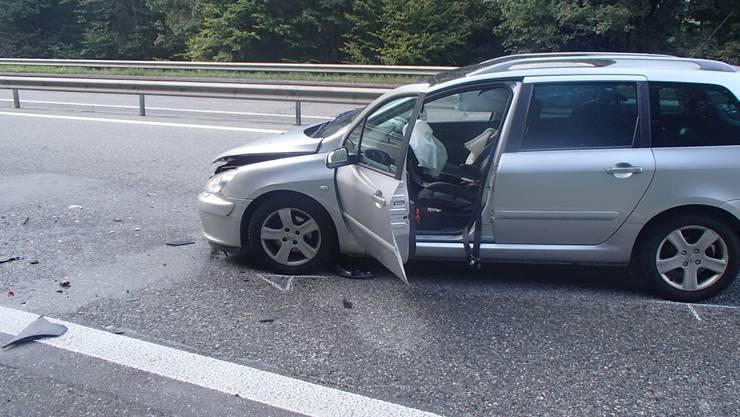 Kollision auf dem Pannenstreifen der T5: Ein Auto prallte in ein anderes Auto, dessen Lenkerin dort angehalten hatte.