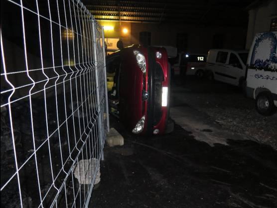 Der beschädigte Personenwagen musste durch ein Abschleppunternehmen aufgeladen und abtransportiert werden.
