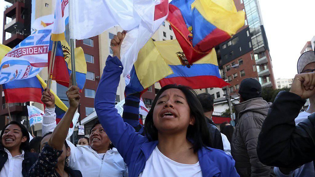 Anhänger des konservativen Kandidaten Guillermo Lasso protestieren in Quito.