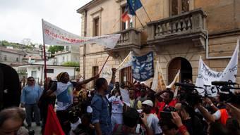 Protesten zum Trotz hat das italienische Innenministerium im Dorf Riace im Süden des Landes den Umzug von Flüchtlingen angeordnet. (Archivbild)