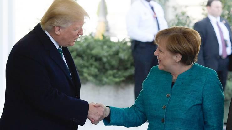 Zunächst freundlich: Trump und Merkel bei der Begrüssung.
