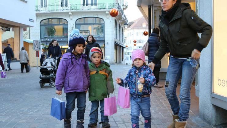 Kita-Kinder der Chinderstube verschenken selbstgebackene Guetsli.