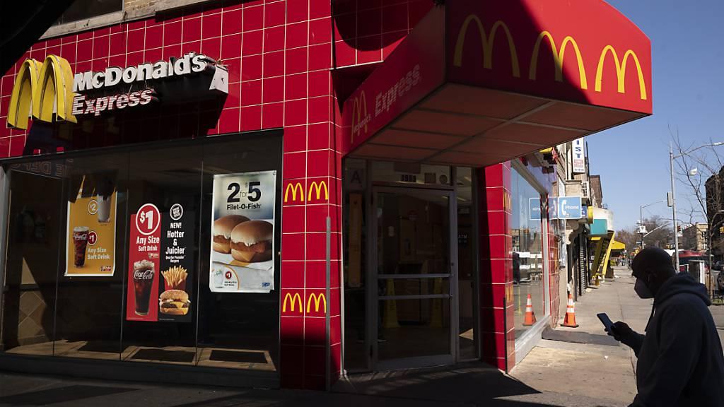 Die Corona-Krise sorgt für heftige Absatzeinbussen bei McDonald's. (Archiv)