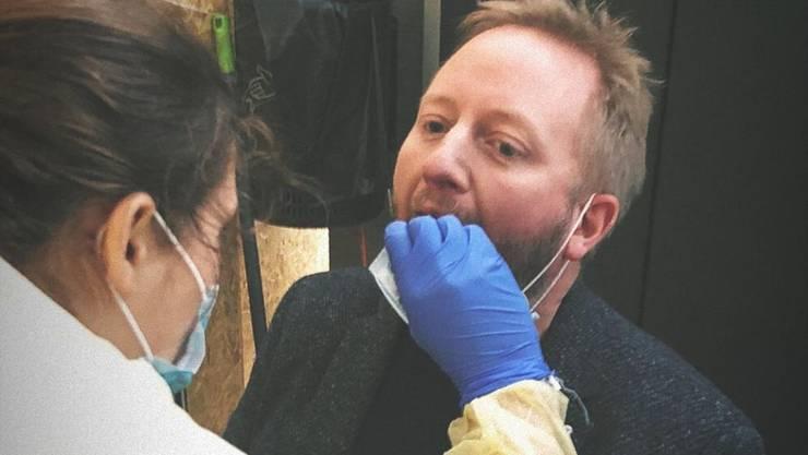 EHCO-Trainer Fredrik Söderström beim Coronatest