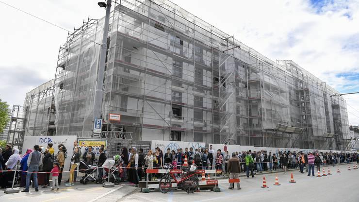 Gigantische Schlange von Wohnungssuchenden bei der Besichtigung einer Musterwohnung der Wohnungssiedlung Kronenwiese