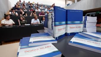 Im Rahmen einer Weiterbildung wird den Berufsschullehrkräften das neue Lehrmittel präsentiert.  Hanspeter Bärtschi