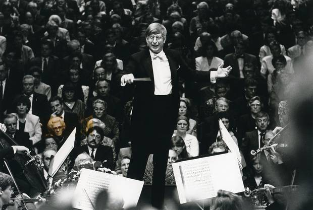 Dirigent Herbert Blomstedt 1990 in concert mit dem San Francisco Symphony Orchestra.