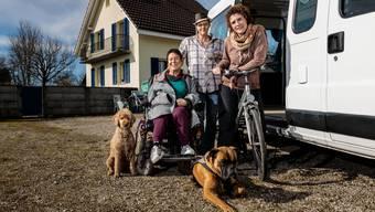 Sie wollen's wissen: Gemeinsam werden sich (v.l) Hund Ivo, Daniela Moser, Cornelia Hess, Esther Lattmann und Hund Samu  auf eine 75-tägige Reise nach Spanien machen.