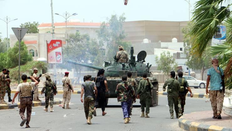 Beaffnete Kräfte der Separatistenbewegung kontrollieren die Strassen von Aden.