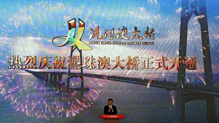Chinas Staatschef Xi Jinping eröffnete bei einer feierlichen Zeremonie das 55 Kilometer lange Bauwerk.