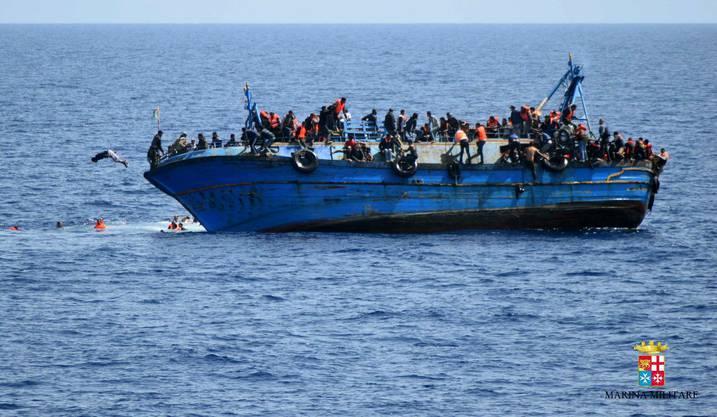 Das überladene Fischerboot war nach Angaben der italienischen Küstenwache mit mehr als 300 Insassen vor der libyschen Küste verunglückt.