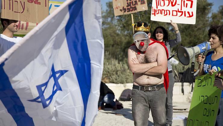 Protest gegen den umstrittenen Gas-Deal im Februar. Ein Aktivist hat einer Netanjahu-Maske eine rote Nase aufgesetzt. (Archivbild)