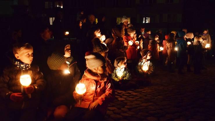 Mit ihren Räbeliechtli ziehen die Kinder in die Brugger Altstadt ein.