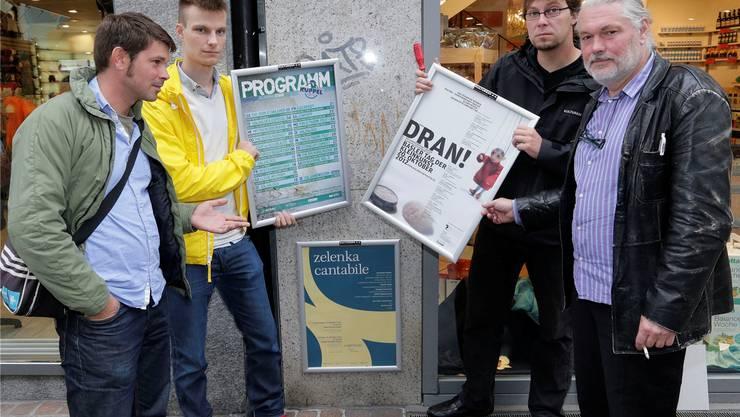 Sie forderten mehr legale Plakatstellen (von links): Sandro Bernasconi von der Kaserne, Sebastian Kölliker vom Jugendkulturfestival, Daniel Jeremias von der Kulturbox und Claude Gaçon vom Sud. Nun haben sie ihr Ziel erreicht.