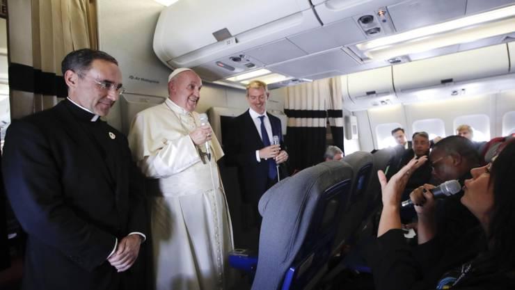 """""""Manchmal höre ich an einigen Orten Reden, die denen von Hitler 1934 ähneln"""", sagte Papst Franziskus am Dienstag auf dem Rückflug von Madagaskar nach Rom. Er fühle sich durch Ausländerfeindlichkeit manchmal in die Zeit des Nationalsozialismus zurückversetzt."""