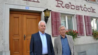 Vize-Gemeindeammann Christian Fricker und Gemeinderat Thomas Stöckli vor dem Rebstock: Die Gemeinde hat die Liegenschaft gekauft.