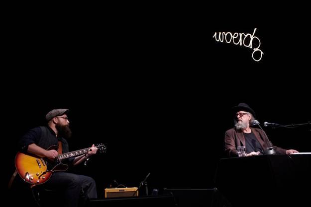 Poetisch und düster präsentierten sich Endo Anaconda (rechts) und Gitarrist Boris Klecic.