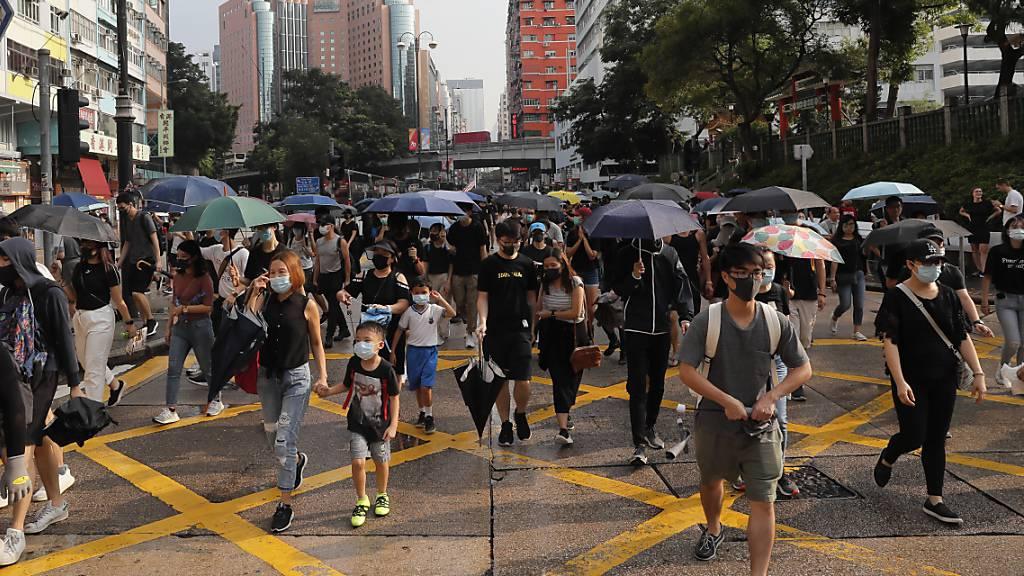 Tausende gehen erneut gegen Regierung auf die Strasse