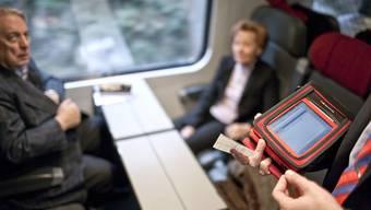 Kondukteur mit einem so genannten Zugpersonalgerät (Symbolbild)