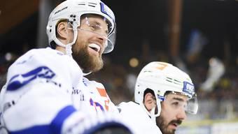 Fredrik Pettersson von den ZSC Lions kann sich ein Lachen gegen den HC Davos nicht verkneifen