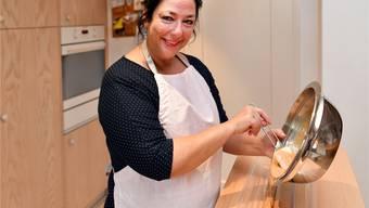 Daniela Hoffmann in ihrer Küche: Hier füllt sie gerade Haselnussgianduja in eine Form ein. Das gibt Bûchettes. Bruno Kissling