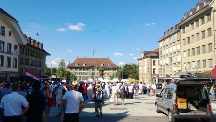 Anhänger der Muslimbrüder demonstrieren auf dem Waisenhausplatz in Bern
