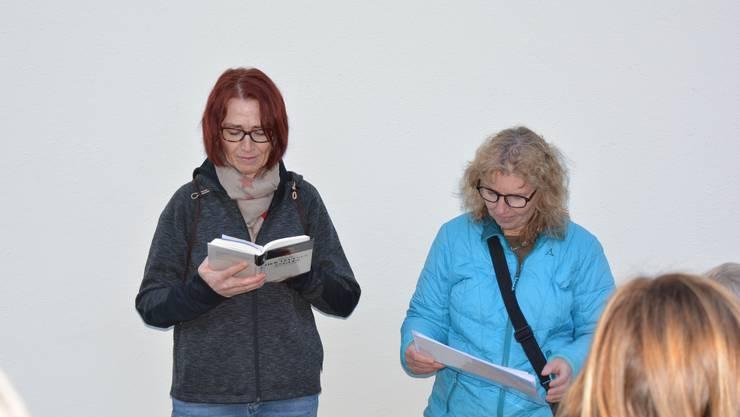 Die Bibliothekarinnen Nadja Soder und Andrea Fischler beim Erzählen einer mörderischen Geschichte