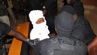 Habré im Gerichtsgebäude von Sicherheitspersonal umgeben