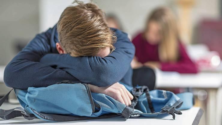 Für viele Gymnasiasten ist die erste Schulstunde eine Qual. Aufnehmen können sie nichts – stattdessen macht der Schlafmangel krank.