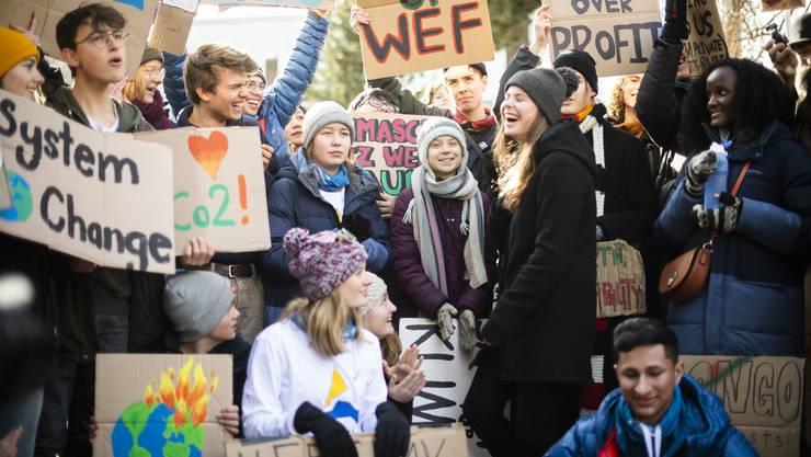 Mehrere Dutzend Klima-Aktivistinnen und -Aktivisten haben am WEF-Schlusstag in Davos für einen besseren Klimaschutz demonstriert.