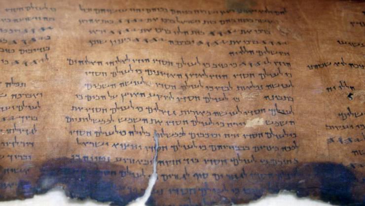 Neue Technologien offenbarten bisher unsichtbare Schriftzeichen auf den Schriftrollen aus Qumran. (Archiv)
