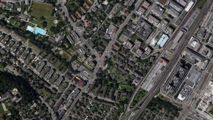 Ein Autofahrer blieb in Zürich-Seebach auf der Bahnstrecke stecken.