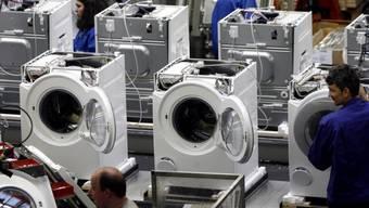 Miele-Mitarbeiter in Gütersloh montieren Waschmaschinen (Archiv)