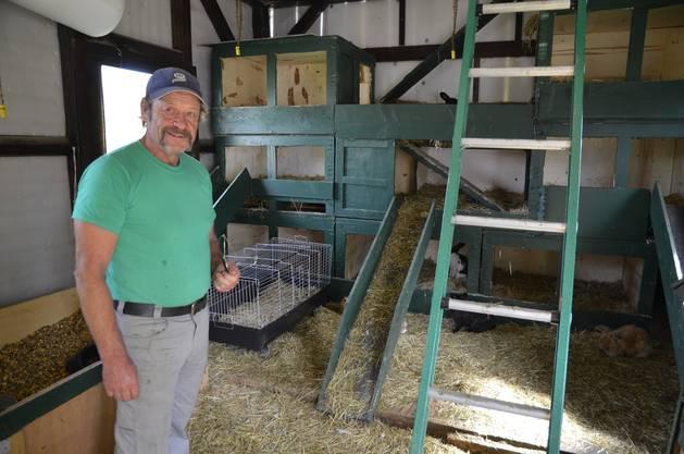 Ueli Bichsel in seinem zweistöckigen Kaninchenhaus