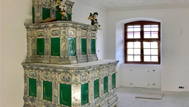 Alter Kachelofen ist in einem Zimmer des umgebautenWest-Flügels im Reusspark aufgebaut.