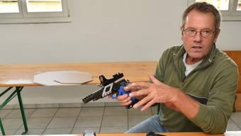 Peter Heller mit seiner Open-Division-Waffe.