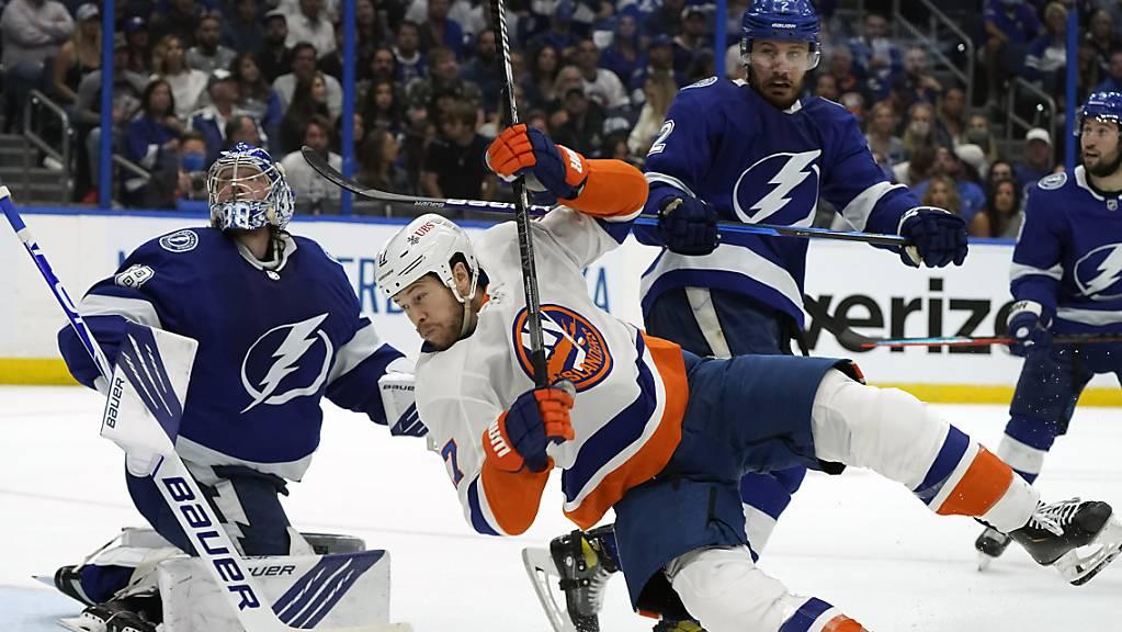 Tampa Bays Verteidiger Luke Schenn zeigt Islanders-Stürmer Matt Martin die Grenzen auf