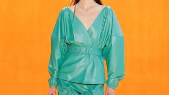 Leder muss nicht schwarz sein – Outfit von Sally LaPointe Bild: Getty Images