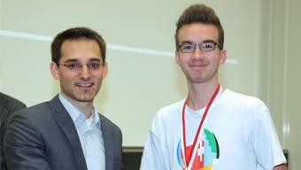 Der Attelwiler Lukas Lüthy (r.) nimmt die Glückwünsche zum Sieg von Sebastian Keller, Präsident der Schweizer Chemie-Olympiade, entgegen. zvg