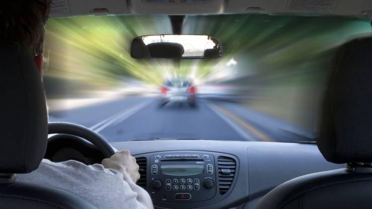 Wer innerorts statt mit 50 km/h mit 100 km/h oder schneller unterwegs ist, fällt unter den Raserartikel.
