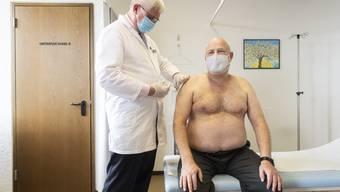 Der Zürcher Hausarzt Josef Widler verimpft den Moderna-Impfstoff.