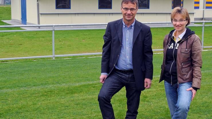 Hans Reimann (Ehrenpräsident des FC Frick) und Gemeinderätin Susanne Gmünder Bamert auf dem neuen Hauptplatz. Das Klubhaus im Hintergrund wurde ebenfalls auf Vordermann gebracht. mf
