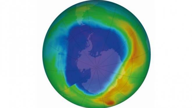 Langsam, aber stetig verkleinert sich das Ozonloch (blau gefärbt). Bild: NASA 2013