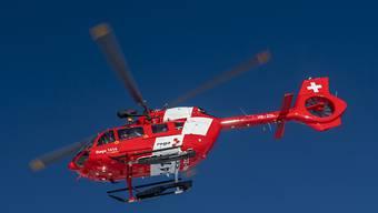 Der Mann wurde schwer verletzt von der Rega ins Spital geflogen. (Archivbild)
