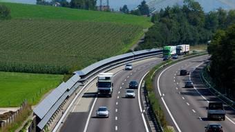 Auf der Autobahn A1 ist am Freitagmorgen eine Alu-Kiste auf die Fahrbahn gekracht.