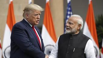 US-Präsident Donald Trump und der indische Ministerpräsident Narendra Modi beim Handshake vor ihren Gesprächen in Neu Delhi.