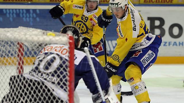 Jussi Markkanen muss sich gleich gegen zwei Davoser zur Wehr setzen